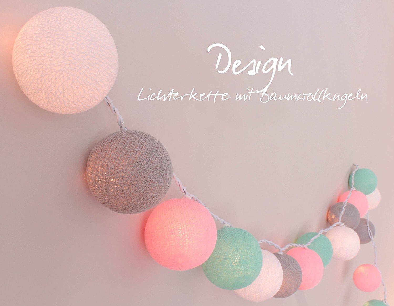 Bonita guirnalda de bolas de algodón de colores.